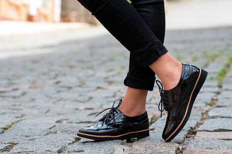 Оттенки красоты: с чем носить лаковые туфли