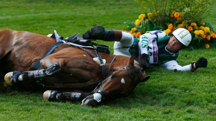 Как правильно падать с лошади