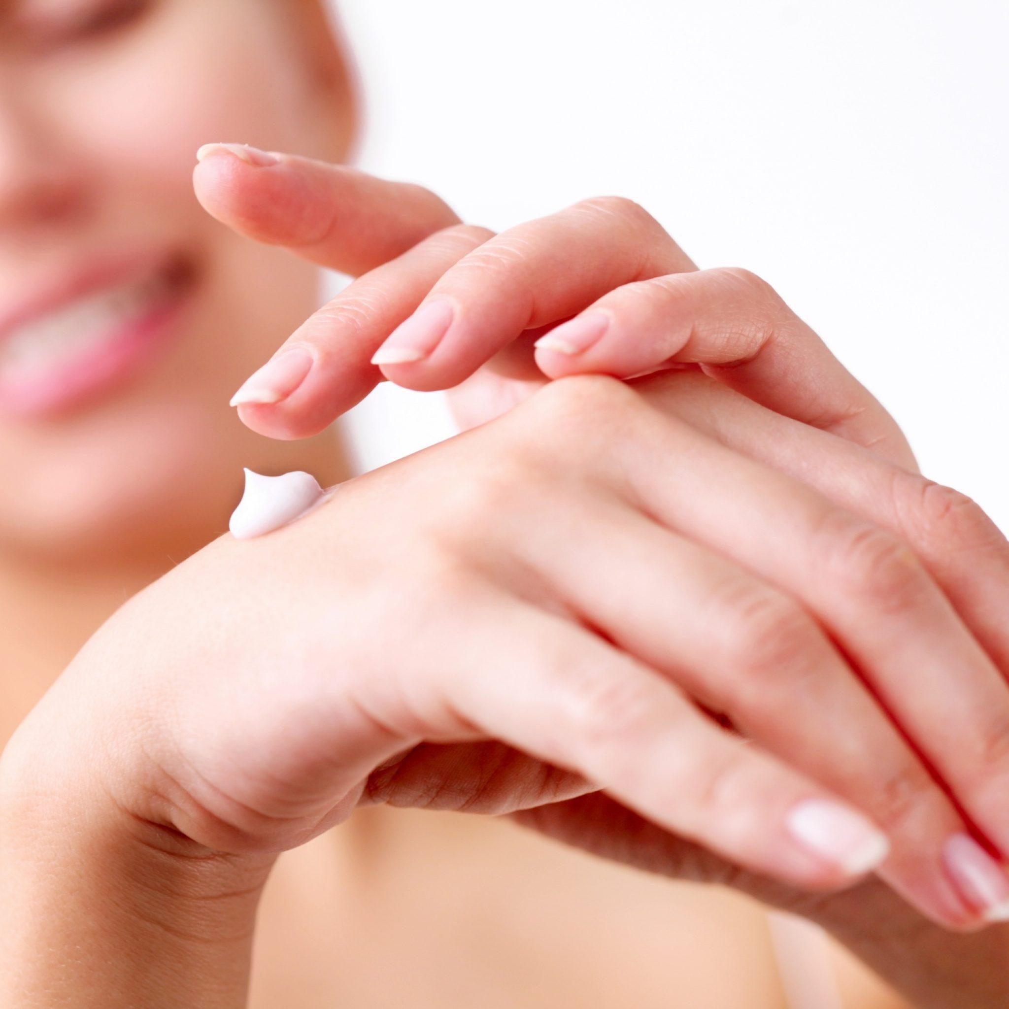 Руки выдают возраст женщины: процедуры по уходу