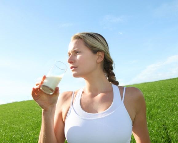 Выпитое утром обезжиренное молоко убережёт от излишнего веса
