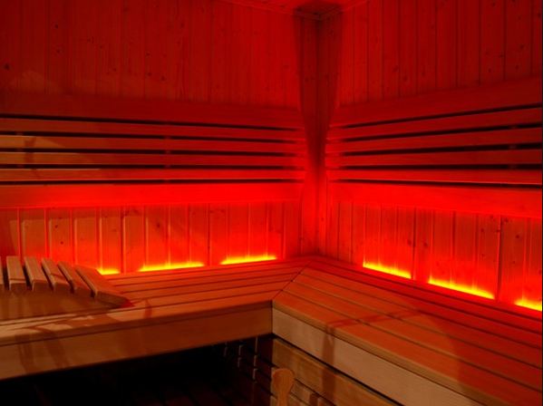 Инфракрасные сауны и синие лампы: Как свет влияет на организм и кожу