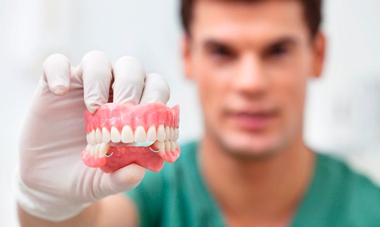 Какой вид протезирования зубов – самый безопасный