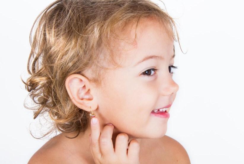 Когда прокалывать уши девочке и как выбрать детские золотые серьги