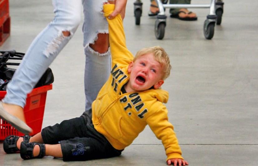 Как быстро успокоить раскричавшегося ребёнка в общественном месте и прекратить его истерику.