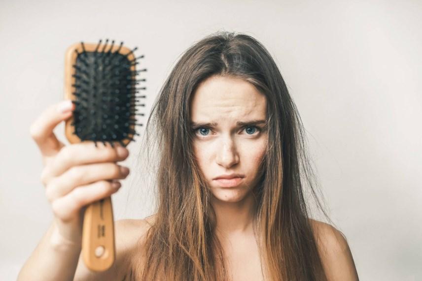 Почему выпадают волосы, и как можно вылечить алопецию у женщин?