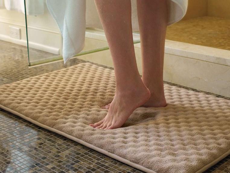 Особенности и разновидности ковриков в ванную комнату