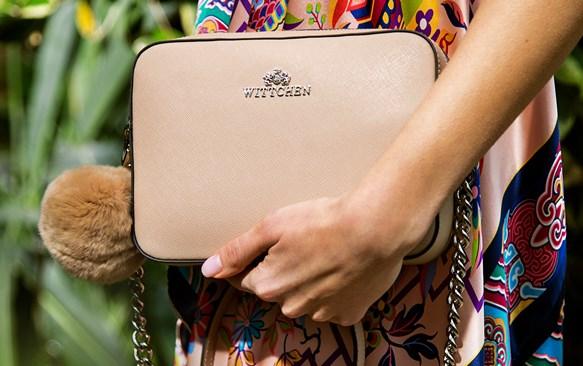 Классическая женская сумка – обязательный аксессуар каждой девушки