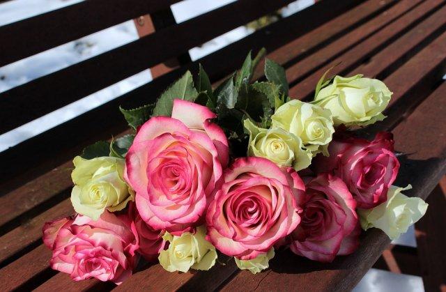Как правильно нести букет цветов