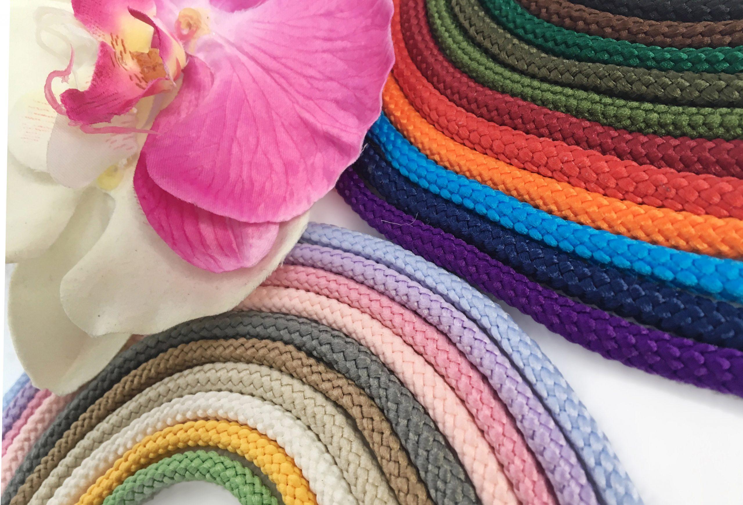 Большой выбор трикотажных шнуров для вязания Maccaroni с люрексом в студии вязания из трикотажной пряжи Shikimiki