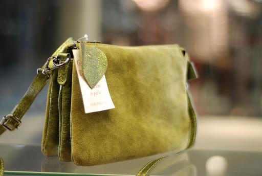 Стильные и модные женские замшевые сумки нынешнего года