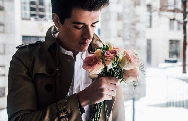 Стоит ли дарить цветы мужчине?